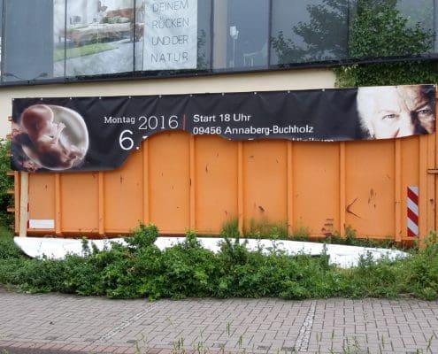 Aufgeschlitztes Großflächenplakat vor der Möbelgalerie Jens und Dorothea Tuffner in Chemnitz. Foto: A.R.