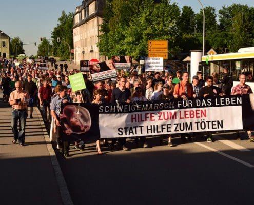 """An einem """"Schweigemarsch für das Leben"""" im sächsischen Annaberg-Buchholz haben sich am 6. Juni rund 650 Christen beteiligt. Foto: Andreas Schroth"""